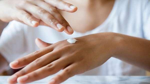 Как осветлить зубную эмаль с помощью соды и зубной пасты?